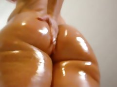 Oiled big white booty shake